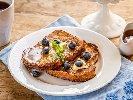 Рецепта Пържени филийки (френски тост) от пълнозърнест хляб с масло и мед за закуска